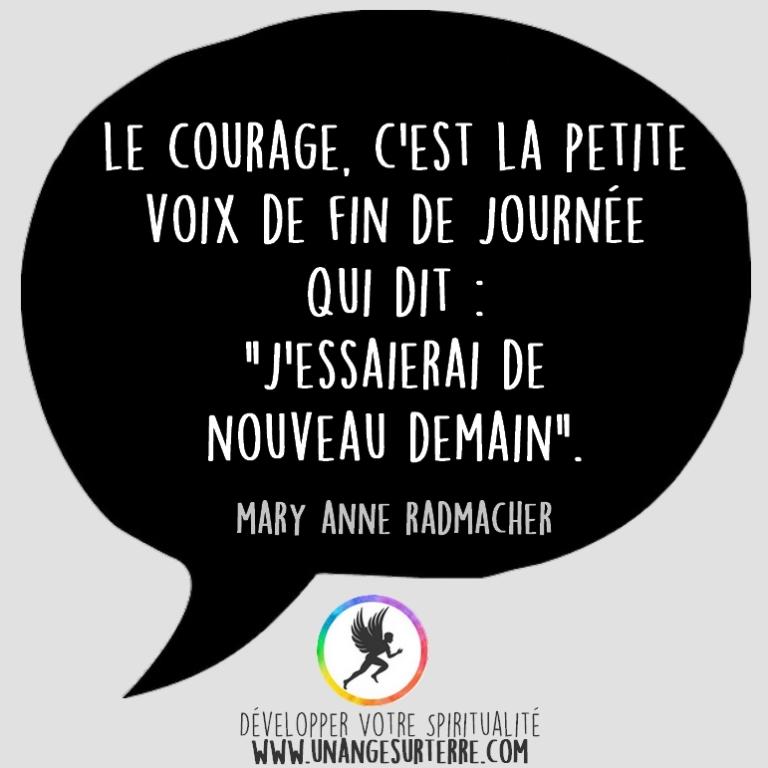 """Citation Spirituelle : """"Le courage, c'est la petite voix de fin de journée qui dit : """"J'essaierai de nouveau demain"""". Mary Anne Radmacher (un ange sur terre - unangesurterre.com)"""